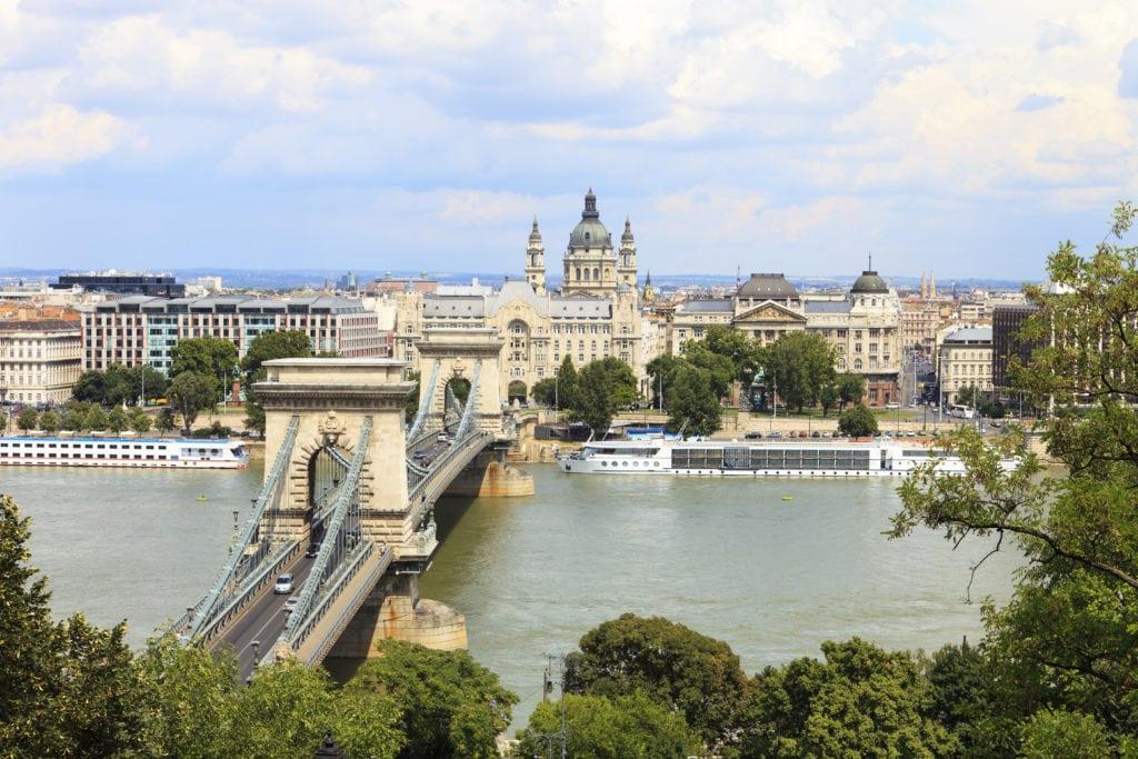 Blick über die Kettenbrücke in Budapest