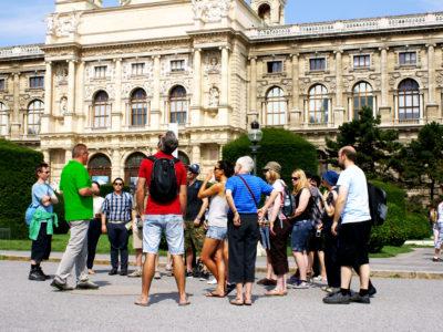 Maria Thersien Platz Gruppe mit Fremdenführer