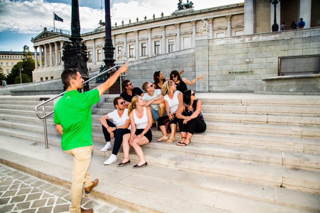 Guide beschreibt auf der Treppe vor dem Parlament in WIen
